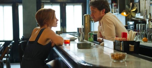 Wenigstens ein Lebenszeichen nach Wochen der Funkstille: Eleanor und Conor in Conors Bar / Foto: Prokino Filmverleih